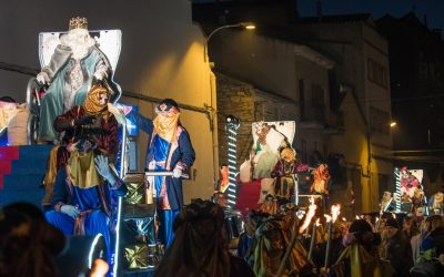 dimanche 5 janvier, a les 18 heures, les Trois Rois arrivent à Cervera, qui fera sa route habituelle à travers la ville, Avenue du Millénaire·lenari de Catalonia Plaza Mayor.